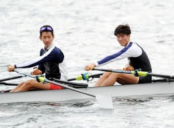 世界選手権の日本代表入りを目指して練習に励む佐藤翔(右)=花巻市・田瀬湖ボートコース