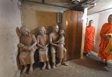 「ドゥシット動物園」の防空壕。赤ん坊を抱いて避難する女性らの像が設置されている=16日、バンコク(共同)