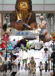 商店街をにぎやかに彩る張りぼて作品。新たな夏の風物詩になるか=神戸市長田区二葉町