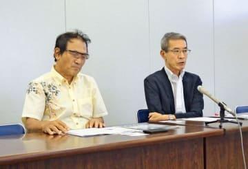 会見する神奈川平和運動センターの小原代表代行と道田事務局長(右)=川崎市庁舎