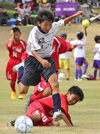 丸亀FC戦で相手ディフェンスをかわして攻め上がるA・Z・R(アッズーロ)の選手=野洲市北桜・希望が丘文化公園
