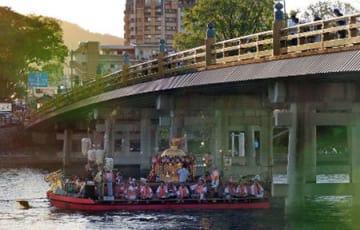 船幸祭の船渡御で神輿を載せて瀬田の唐橋をくぐり抜け、瀬田川を進む御座船(17日午後6時3分、大津市)