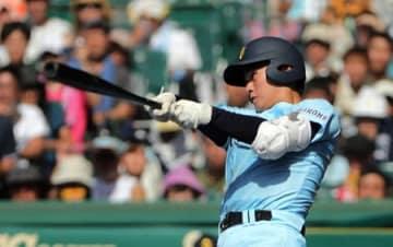 近江-常葉大菊川 7回裏2死一、二塁で左越えに2点三塁打を放つ近江の北村(17日、兵庫県西宮市・甲子園球場)