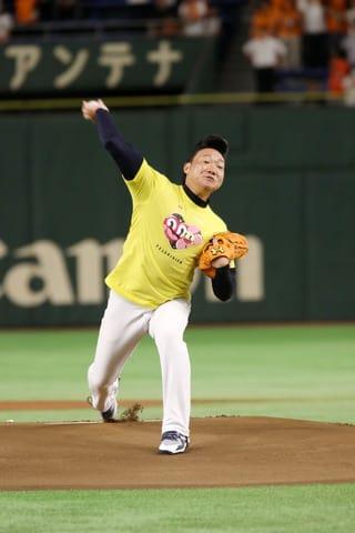 巨人対中日戦で始球式を行った「ANZEN漫才」のみやぞんさん=日本テレビ提供