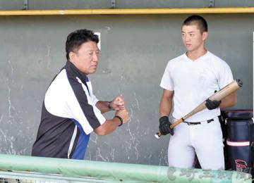 浦和学院の上野に打撃指導をする森監督(左)