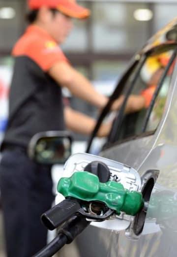 ガソリンスタンドでの給油作業。ガソリン価格の高止まりが続いている=宮崎市