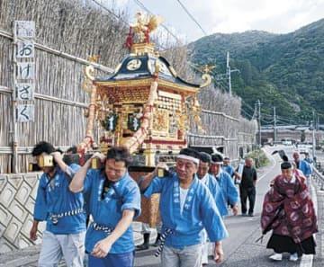 「まれ」の舞台、間垣の里に神輿 輪島・大沢町で夏季祭礼