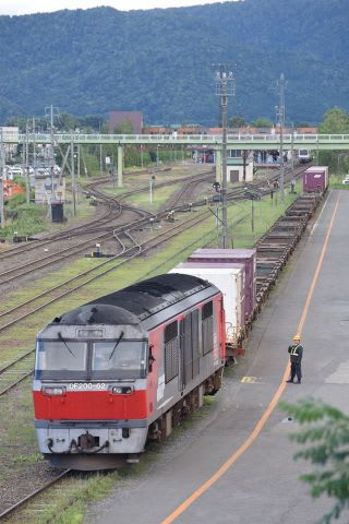 JR富良野駅で出発を待つ「ふらのベジタ号」