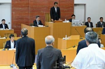 7月27日に開かれたみなかみ町議会の臨時会。前田町長の不信任決議案が賛成多数で可決され、町長は8月6日に町議会を解散した(7月28日付より)