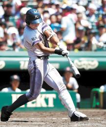 金足農-横浜 8回裏金足農1死一、二塁、高橋が中越えに3点本塁打を放ち5-4と逆転する(川村公俊撮影)