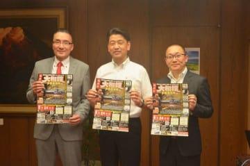 加藤市長(中央)と並び大相撲小田原場所のポスターを手にする錣山親方や杉崎理事長(右)=小田原市役所