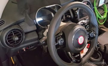 MINI EV プロトタイプのコックピットを捉えたスクープ写真