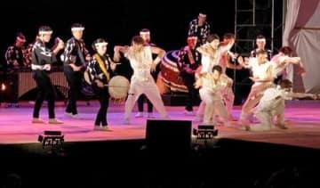 観客を熱狂させたアース・セレブレーションのライブ=17日午後9時すぎ、佐渡市小木町