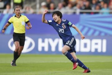 準々決勝のドイツ戦の後半、先制ゴールを決めて喜ぶ遠藤=バンヌ(ゲッティ=共同)