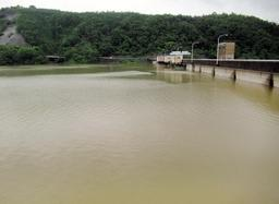 大雨のピークが過ぎた一庫ダム。ぎりぎりまで水をため込み流域での増水を遅らせた=7月7日午後3時ごろ(水資源機構一庫ダム管理所提供)