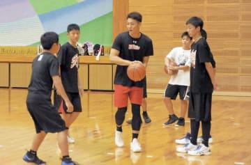 練習会で中学生に技を教える熊本ヴォルターズの俊野佳彦選手(中央)=合志市