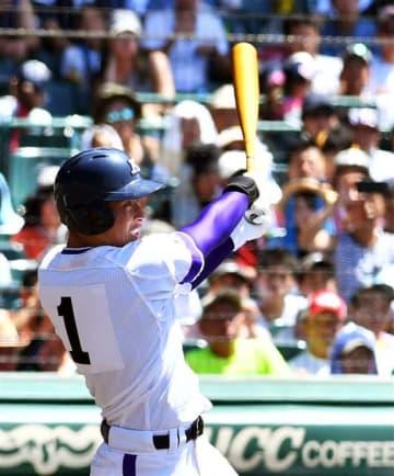 【横浜―金足農】3回裏2死三塁、金足農の吉田が本塁打を放つ=甲子園