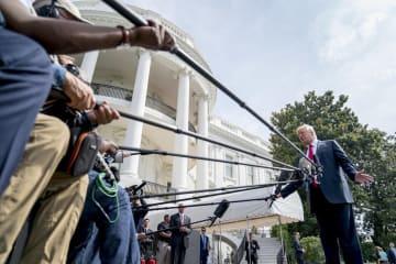ホワイトハウスで記者団の質問に答えるトランプ大統領=17日、ワシントン(AP=共同)
