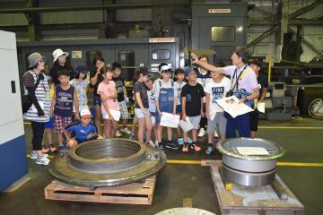 工場見学をする児童たち=高萩市上手綱