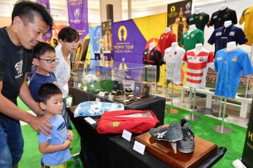 ラグビーW杯に関連した展示品がずらりと並び、多くの市民らが訪れたポップアップミュージアム=17日、盛岡市前潟・イオンモール盛岡