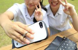 リングに指を通してスマホを持つ女子高生=三田市内