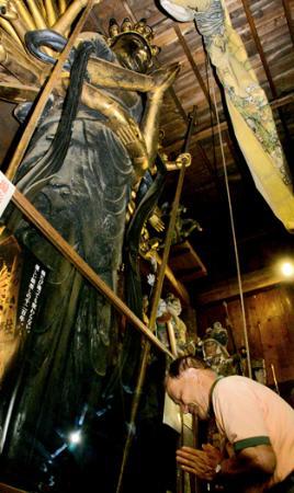 立木千手観音像に願い 坂下 恵隆寺例大祭で開帳