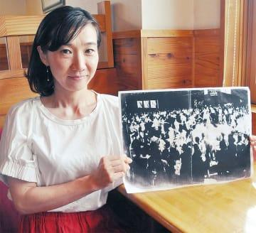 1946年当時の写真を持つ宇野津さん