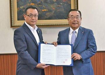 締結式に臨んだ竹内副知事(左)と皆川会長=17日、大阪府庁