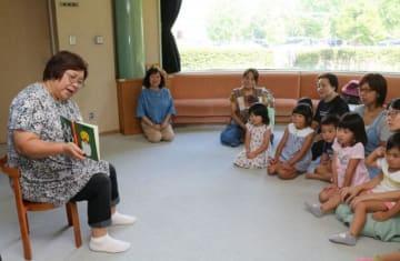 「おはなしころりん」メンバーの読み聞かせを楽しむ子どもたち=秦野市立図書館