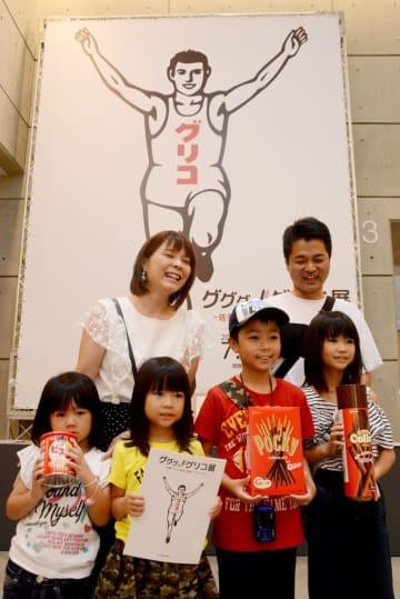 3万人目の来場者となった鹿児島県の大森智弥君(前列右から2人目)=県立美術館