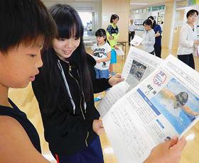 自分が興味を持った新聞記事を貼り付け、意見や感想を発表し合う子どもたち