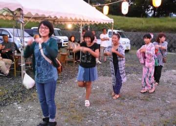 16年ぶりに復活した盆踊り大会で踊りを楽しむ地域住民ら