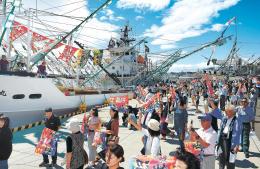 家族らに見送られ、気仙沼港を出港するサンマ船