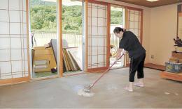 床上浸水した和室の畳をはがして掃除する職員=17日、むつ市川内町