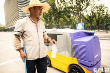 猛暑続く中国、屋外労働者に冷たい水を届ける無人車登場―中国メディア