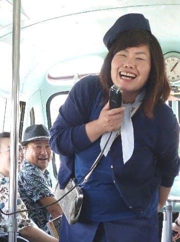 昭和の町に「女性きみまろ」 満員御礼、バスガイドの西さん