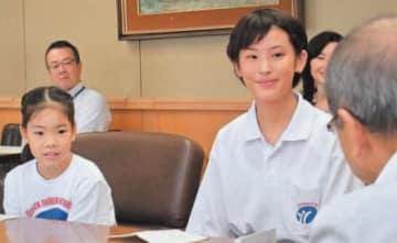 広瀬知事に沖縄訪問の感想を報告する「県少年の船」の団員ら=17日、県庁