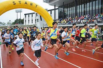 【スタートするハーフリレーマラソンの参加者(昨年10月21日、和歌山県田辺市上の山1丁目の田辺スポーツパークで)】