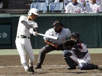 下関国際―日大三 8回裏日大三無死二、三塁、代打高木が中前に同点の2点打を放つ。捕手品川=甲子園