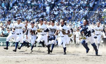準決勝進出を決め喜ぶ済美ナイン=18日午後、兵庫県西宮市の甲子園球場