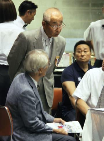 全日本アンダージュニア王座決定戦の開会式に出席した日本ボクシング連盟の森正耕太郎会長代行(奥左)=18日午後、大阪市