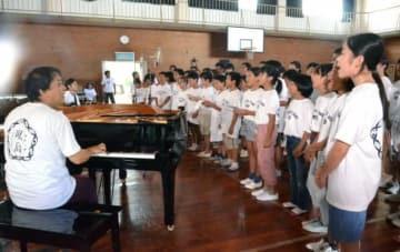 唄島プロジェクトの曲を合唱する子どもたち=奄美市名瀬の奄美少年自然の家