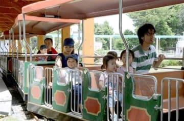 運行を再開した子ども列車を楽しむ親子連れ=18日、熊本市東区