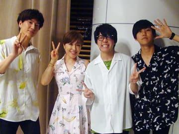 左からMrs. GREEN APPLEの髙野清宗さん、パーソナリティの平原綾香、大森元貴さん、若井滉斗さん