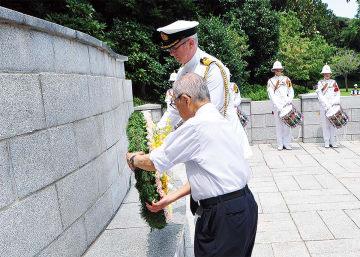 戦没捕虜たちの碑に献花する出席者