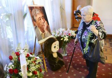 18日、モスクワの「文学者の家」で行われたウスペンスキー氏のお別れ会へ献花に訪れた女性(共同)