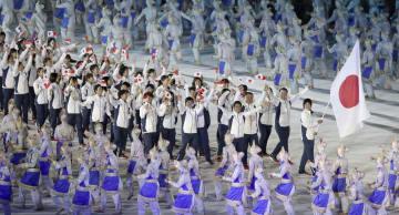 ジャカルタ・アジア大会の開会式で、旗手の上野由岐子を先頭に入場行進する日本選手団=18日、ブンカルノ競技場(共同)