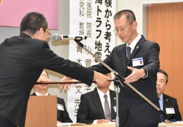 郷治本部長(左)から感謝状を受け取る西山さん=18日午後、宮崎市・県歯科医師会館