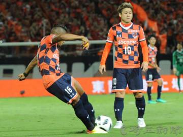 大宮―新潟 前半19分、大宮のマテウス(左)が直接FKを決める