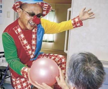 ピエロ姿で心のケア 高岡の整体師、病院、被災地で笑いの輪
